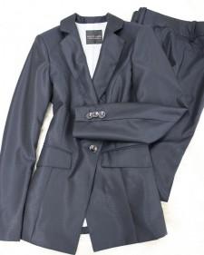 珍しいエンボス模様のダークネイビーパンツスーツ/<br />Dark navy pants suit of the rare emboss design.