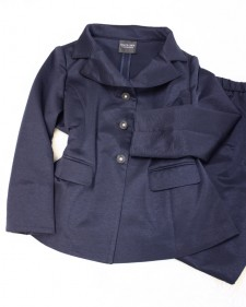 秋冬に備えて紺のデザインパンツスーツ/<br />The design trouser suit which is dark blue for fall and winter.