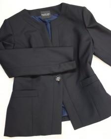 深い紺のビジネスジャケット/<br />Dark blue business no-collar jacket.