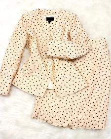 ベージュドットのエレガントスカートスーツ<br />/Elegant skirt suit of the beige dot pattern.