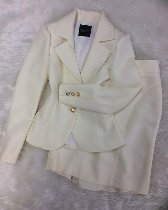 白ウールスカートスーツでお祝い☆/<br />Celebrate with a white wool skirt suit